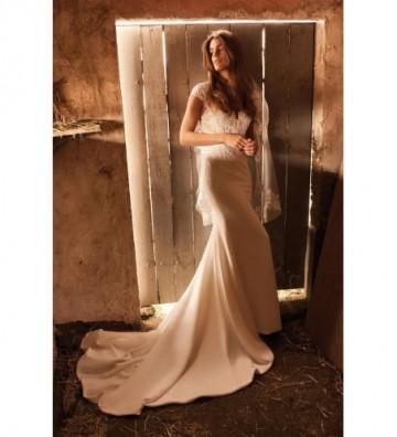 Νυφικό με διάφανο ψηλόλαιμο μπούστο με κοντά μανίκια και φούστα κρεπ