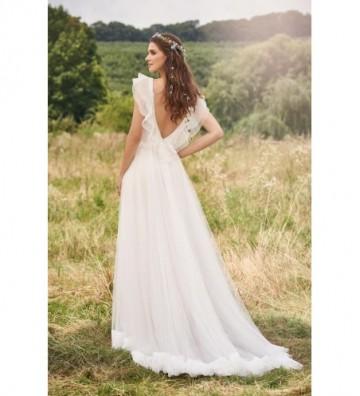 Πλισέ φόρεμα σε γραμμή-Α με αγγλικό τούλι και κλιμακωτά/κυματιστά μανίκια και ποδόγυρο.