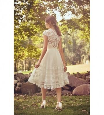 Φόρεμα από δαντέλα με κλειστό λαιμό και μήκος μέχρι το γόνατο