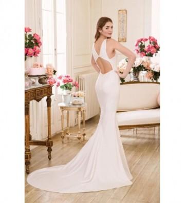 Εφαρμοστό φόρεμα που φαρδαίνει κάτω με λεπτομέρεια με άνοιγμα στην πλάτη